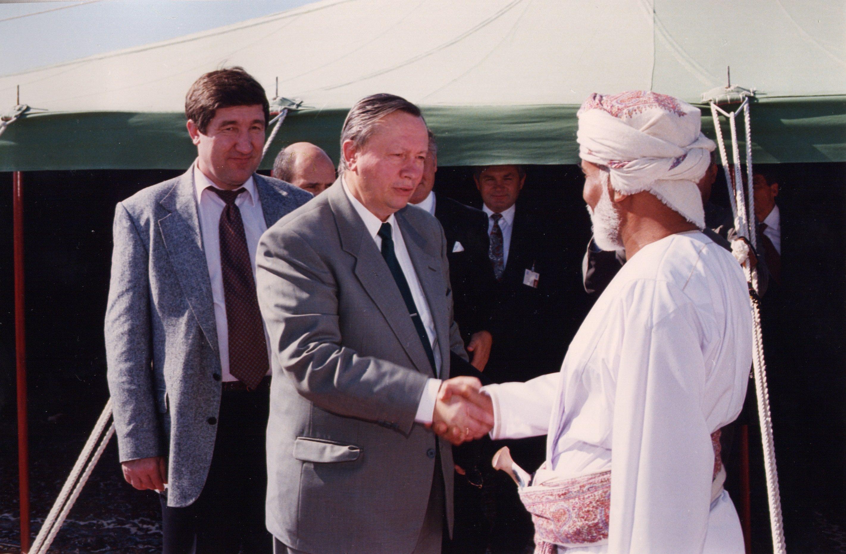С министром внешнеэкономических связей России О.Д. Давыдовым; Ирак, 1995 г.