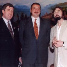 С президентом Азербайджана И.Г. Алиевым и художником Никасом Сафроновым; Баку, 1998 г.